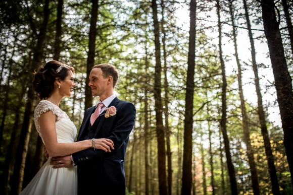 laidback glam. a chic wedding with a rustic twist at the saddleworth hotel – hannah & tom